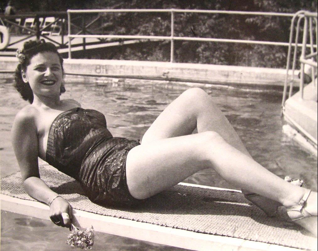 estelle_poolside_bikini